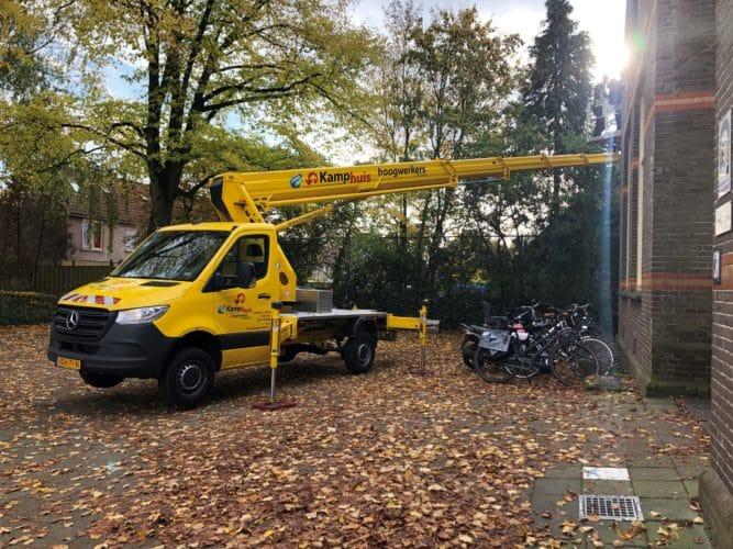 27 meter hybride autohoogwerker in actie